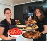 Crew präsentieren Frühstück