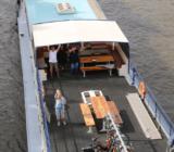 Winkende Gäste am Deck