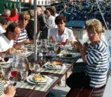Abendessen am sonnigen Deck