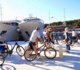 Radfahrer am Schiff