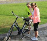 Radfahrer studieren die Karte