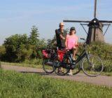 Radfahrer an einer Windmühle