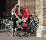 Utrecht - Radfahrer, die Karte zu studieren