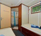 Zweibettkabine und Badezimmer