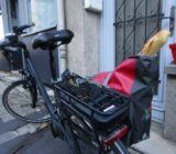 Französisch bepacktes E-Bike