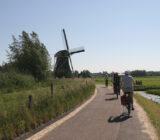 Fahrradfahrer vor Windmühle